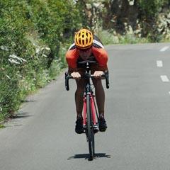 Bezpečná jízda z kopce na silničním kole